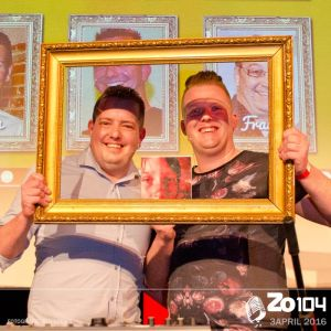 Chef de Partie Thomas Kock (rechts) win in de Gilse Quiz van Horeca manager Briene Brienissen.